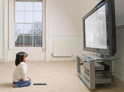 criança-assistindo-tv